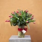 Cristal navideño con tulipanes rojos