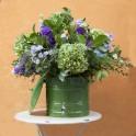 Vitrolera (dispensador de líquidos fríos y calientes, capacidad 19 litros) con arreglo de flores