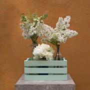 Caja con tres botellas flores variadas